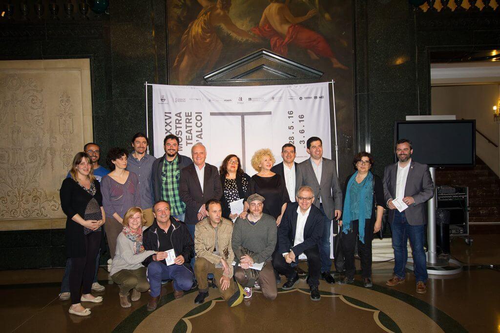 L'alcalde d'Alcoi, Antoni Francés, el director de la Mostra, Miquel Santamaria i representants de les companyies de teatre valencianes han acompanyat Girona en la presentació al Teatre Principal de València